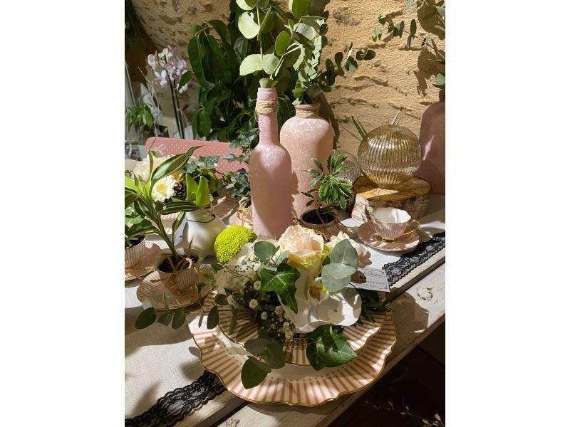 La cave et sa table de présentation avec des assiettes décorées de fleurs fraîches !