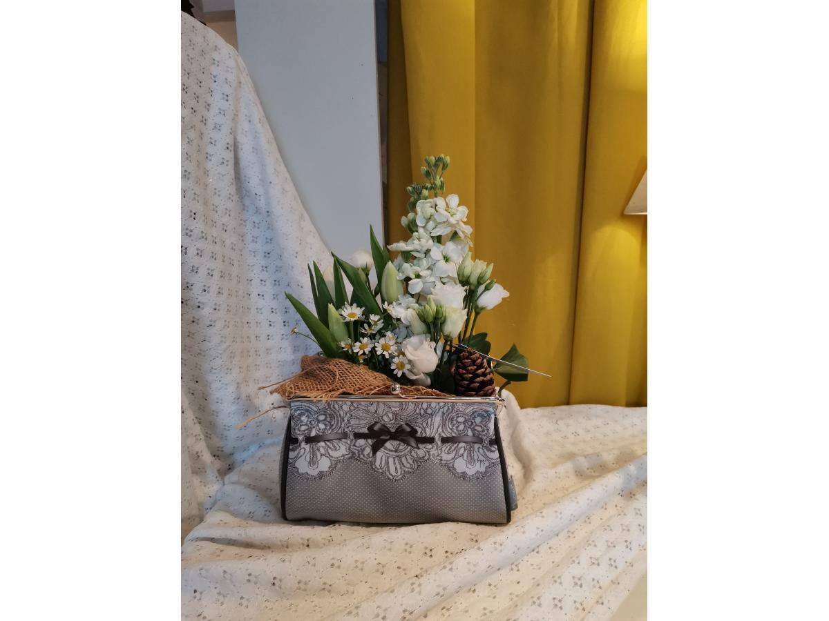Composition fleurs blanches et sa pochette Mathilde M