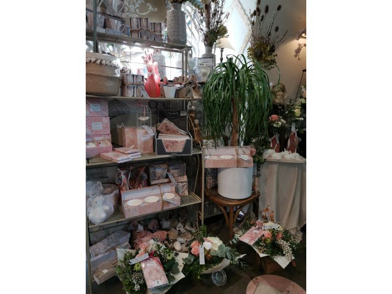 Etagère avec des produits mathilde M, des plantes décorés dans des poteries...