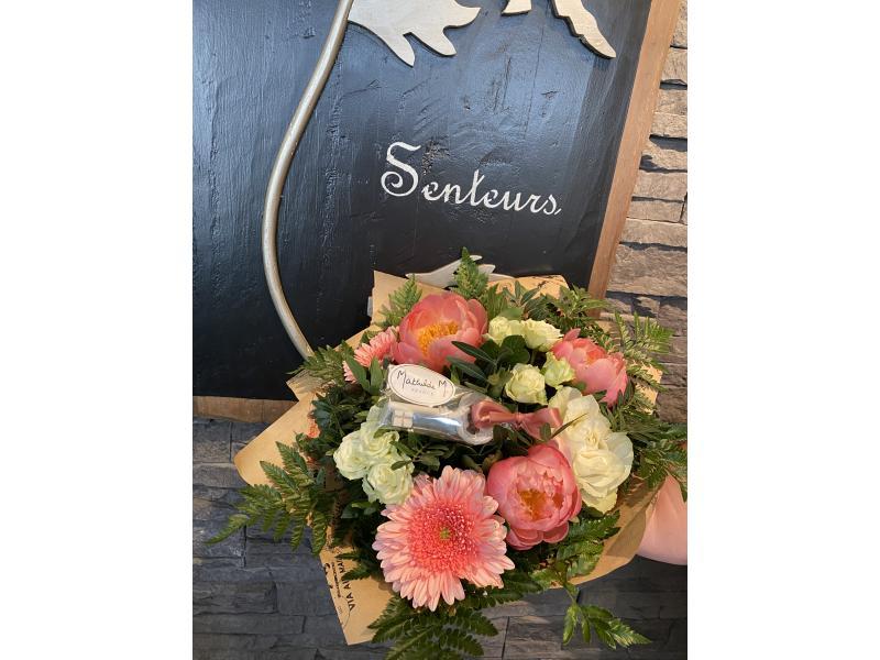 Bouquet composé de roses , pivoines et gerberas, accompagnée d'une cléf parfumé