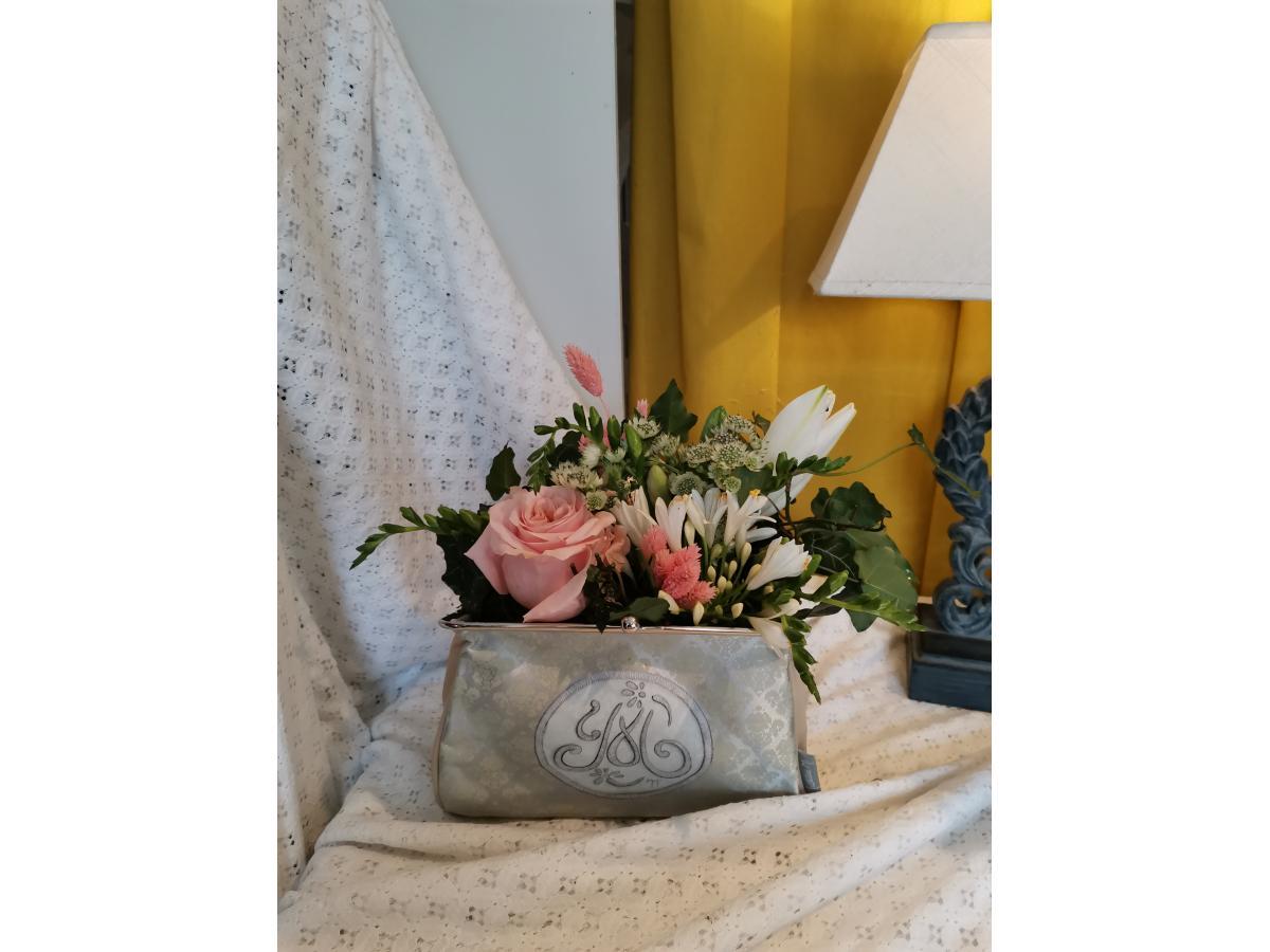 Composition fleurs roses et sa pochette Mathilde M