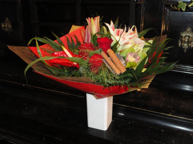 Bouquet de lys, roses, amaryllis, orchidées et bâtons de cannelle.