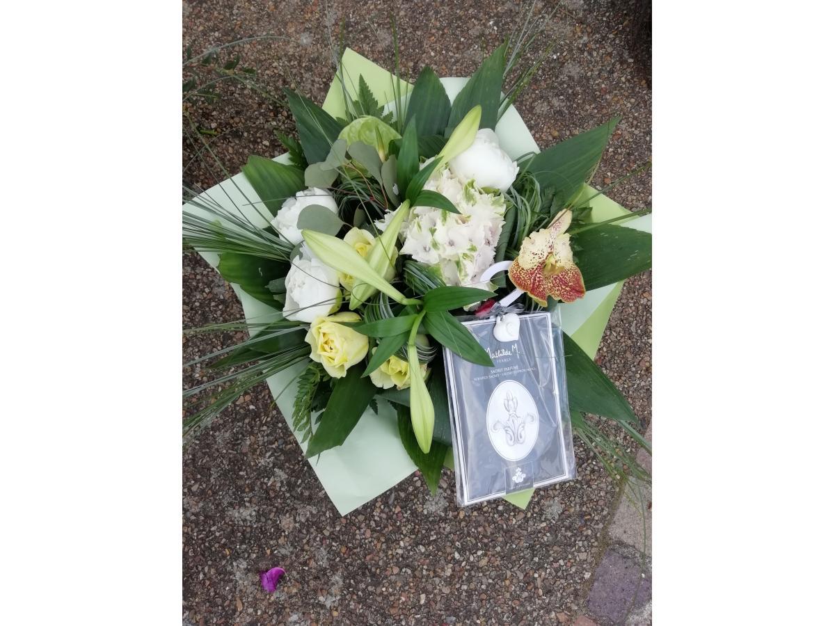 Bouquet rond vert et blanc + Pochette Mathilde M