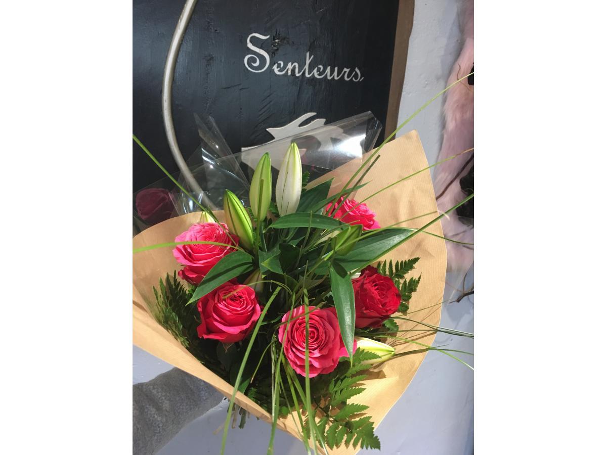 Bouquet a mettre dans un vase , avec des Lys blanc et 5 roses d'équateur colorie au choix agrémenté de feuillage