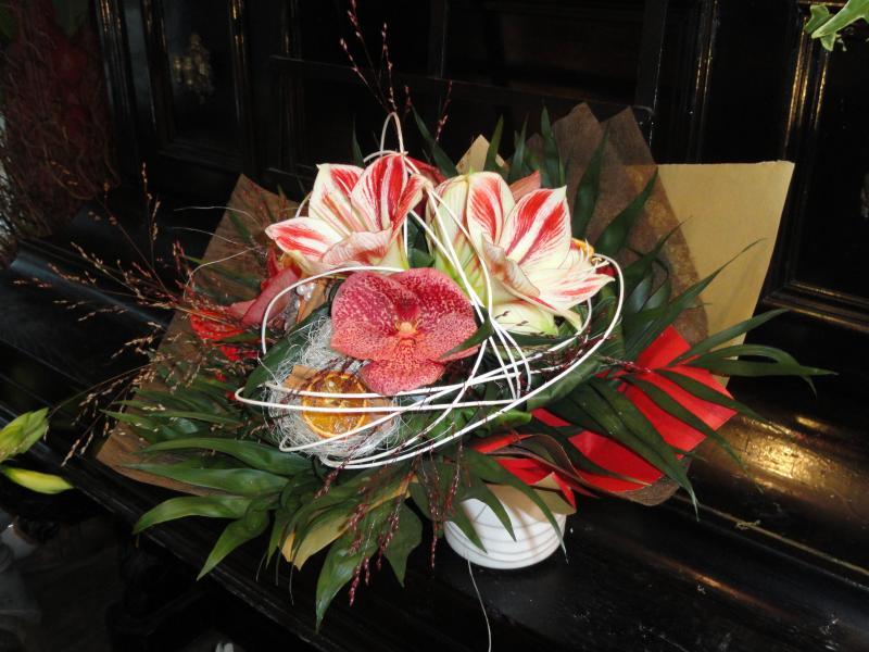 Bouquet d'amaryllis, orchidées et graminées.